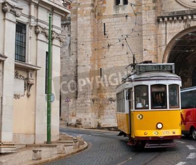 Fototapeta Lizbona, Portugalia - 02 maja 2012 - Pejzaż z Lizbony z żółtym tramwajem # 28 na Largo Se.