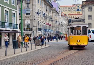 Fototapeta Lizbona, Portugalia - 23 listopada: Żółty tramwaj nr 12 przechodzi przez ulicę w centrum Lizbony, w dniu 23 listopada 2013 roku w Lizbonie jest stolicą i koniecznością słynnego miasta Portugalii