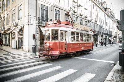 Fototapeta Lizbona, Portugalia - 28 LISTOPADA: Tradycyjna żółty tramwaj / kolejka w dniu 28 listopada 2013 roku w Lizbonie, Portugalia. Carris jest transport publiczny Firma działa Lizbony autobusy, tramwaje, ko