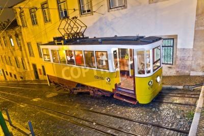 Fototapeta Lizbona, Portugalia - 29 grudnia: Tradycyjna żółty tramwaj w centrum miasta w nocy w Lizbonie w dniu 29 grudnia 2008. Tramwaje są używane przez wszystkich, a zatem zachować tradycyjny styl zabytkowego