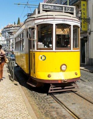 Fototapeta Lizbona tramwaj w dzielnicy Alfama, Lizbona.