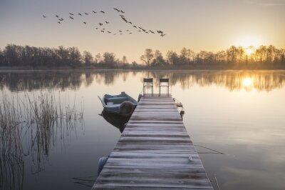 Fototapeta łódka zacumowana czy drewnianego pomostu zimą