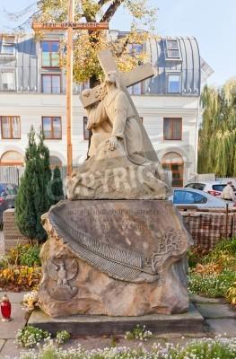 Fototapeta ŁÓDŹ, POLSKA - 19 października 2014 roku: Rzeźba Jezusa Chrystusa z krzyżem koło bazyliki katolickiego Pięćdziesiątnicy w Łodzi. Wzniesiony w 1946 roku dla uczczenia rocznicy polskiej armii