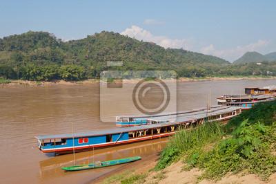 Łodzi na rzece Mekong. Luang Prabang. Laos.