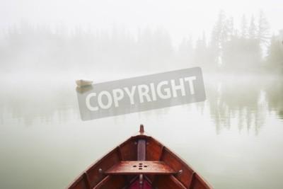 Fototapeta Łodzie na jeziorze w porannej mgle.