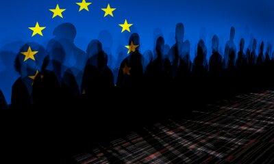 Fototapeta LoLot ludzi rzuca cień na ekran z europejską flagą