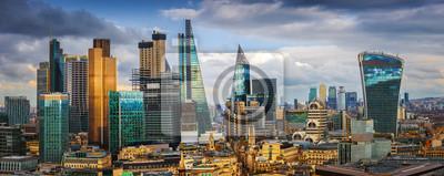 Fototapeta Londyn, Anglia - Panoramiczny widok na Bank i Canary Wharf, wiodące londyńskie dzielnice finansowe ze słynnymi drapaczami chmur i innymi atrakcjami w złotej godzinie słońca