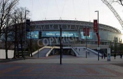 Fototapeta Londyn, Wielka Brytania - 28 listopada 2014 r odwiedzających i turystów wspiąć się po schodach do głównego wejścia nowego stadionu Wembley w dniu 28 listopada 2014 w Londynie.