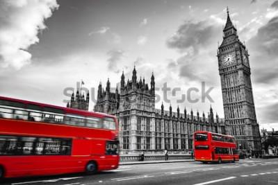 Fototapeta Londyn, Wielka Brytania. Czerwone autobusy w ruchu i Big Ben, Pałac Westminsterski. Ikony Anglii w stylu vintage, w stylu retro. Czerwony w czerni i bieli