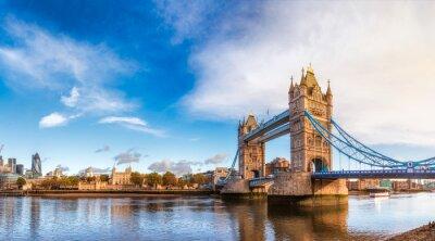 Fototapeta Londyńska pejzaż miejski panorama z Rzecznym Thames wierza mostem i wierza Londyn w ranku zaświecamy