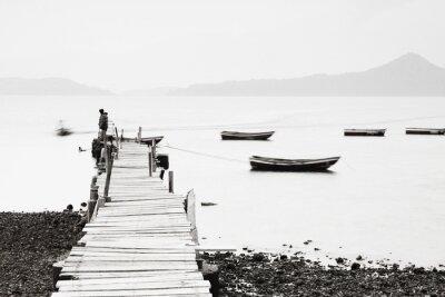 Fototapeta Lonely molo wzdłuż wybrzeża, niskie nasycenie obrazu.