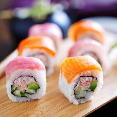 Fototapeta łososia i tuńczyka sushi na drewnianej tacy