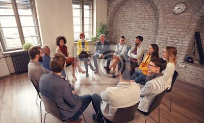 Fototapeta Ludzie biznesu rozmawiają na spotkaniu grupy.