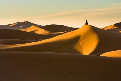 Fototapeta Ludzie czekają na wschód słońca na wydmach w Hassi Labiad, Maroko
