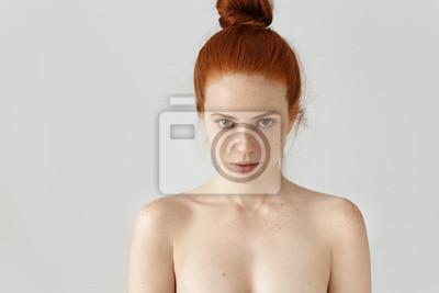 Fototapeta Ludzie, młodzież i piękno. Izolowane portret atrakcyjnych młodych kobiet rasy kaukaskiej z włosia imbiru węzeł stwarzających topless kryty, o piegi na całej jej twarzy i ramion, patrząc na kamery