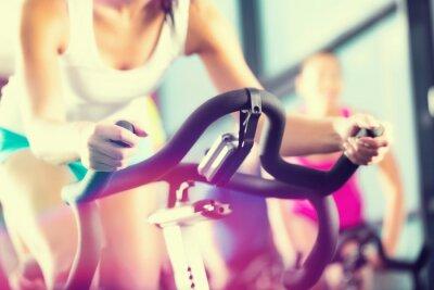 Fototapeta Ludzie w siłowni sportowej Spinning w
