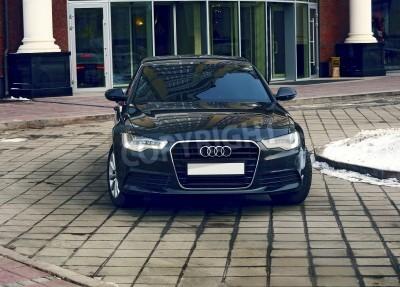 Fototapeta luksusowy samochód na elewacji budynku biurowego