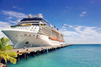 Fototapeta Luksusowy statek wycieczkowy w porcie