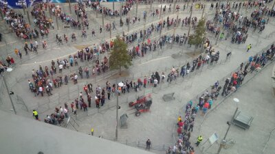 Fototapeta lunga fila di persone