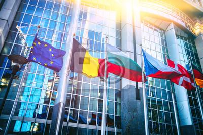 Fototapeta Machać flaga przed budynkiem Parlamentu Europejskiego, Bruksela