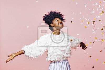 Fototapeta Magiczny czas - portret bardzo szczęśliwy dziewczyna z broni się, uśmiechając się do konfetti objętych