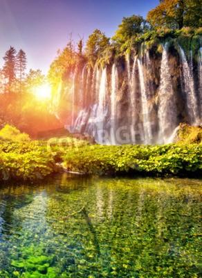 Fototapeta Majestic widok na wodospad z turkusowy wody i belek s? Onecznych w Plitvice Lakes National Park w Chorwacji.