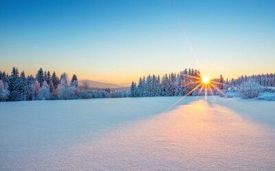 Fototapeta Majestic wschód słońca w krajobrazie gór zimą.