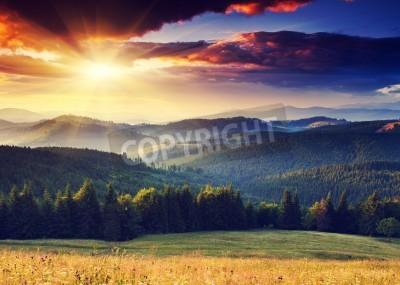 Fototapeta Majestic zachód słońca w krajobrazie gór. Dramatyczne niebo. Karpacki, Ukraina, Europa.