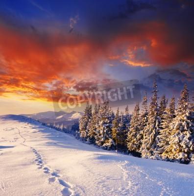 Fototapeta Majestic zachód słońca w krajobrazie gór zimą