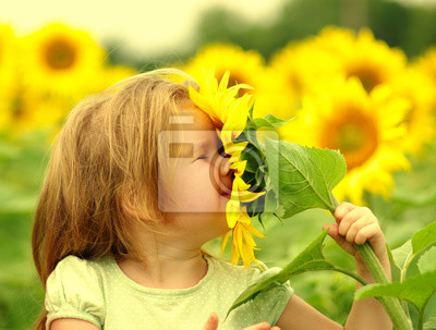 mała dziewczynka zapachu słonecznik