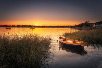 Fototapeta Mała łódź w porcie o zachodzie słońca