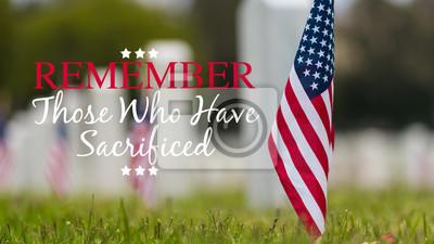 Fototapeta Małe amerykańskie flagi i nagrobki w National cemetary - Memorial Day display - with copy