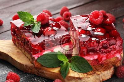 Malinowy tort na wakacje z miętą i świeżymi pysznymi malinami.