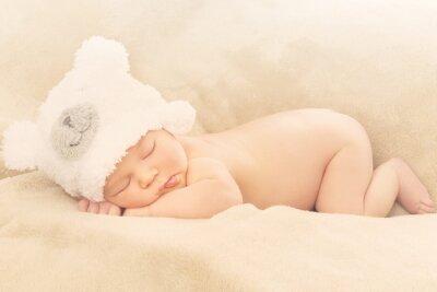 Fototapeta Malutki noworodek śpiący na miękkim kocyku świeżo po porodówce