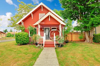 Fototapeta Mały dom coutnryside zewnątrz w jasnym kolorze czerwonym z białym