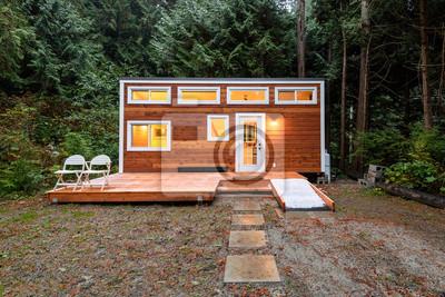 Fototapeta Mały drewniany domek w godzinach wieczornych. Projekt zewnętrzny.