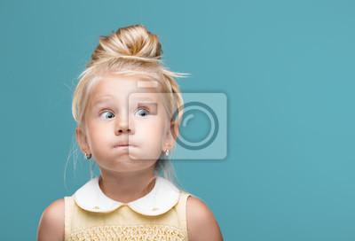 Fototapeta Mały, młody, zabawny, napompowane policzki na niebieskim tle