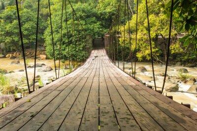 Fototapeta mały most nad strumieniem linowy