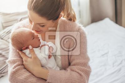 Fototapeta Mama z nowonarodzonym dzieckiem