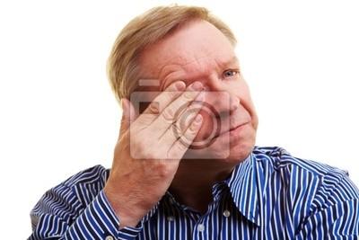 Mann hält rąk vor Auge