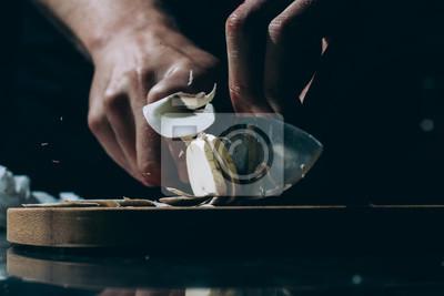 Fototapeta Mano de cocinero cortando Laminas un Champinon