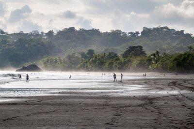 Fototapeta MANUEL ANTONIO, Karaiby - 13 maja 2016: Ludzie na plaży w miejscowości Manuel Antonio, Kostaryka