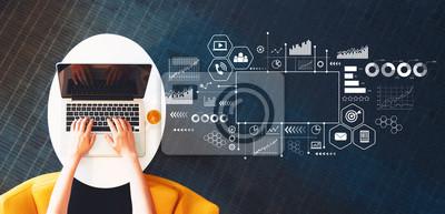 Fototapeta Marketingowy pojęcie z osobą używa laptop na białym stole