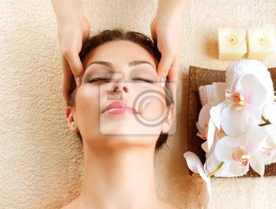 Masaż Spa. Młoda kobieta coraz masaż twarzy
