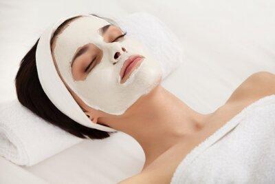 Fototapeta Maski kosmetyczne. Piękna młoda kobieta coraz zabiegi