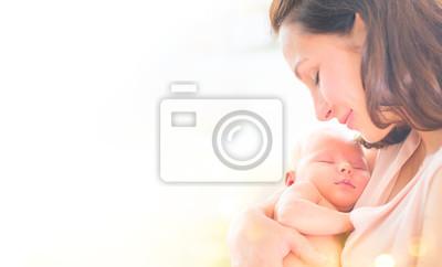 Fototapeta Matka i jej nowonarodzone dziecko razem. Szczęśliwa matka i dziecko całuje i ściska. Koncepcja macierzyństwa. Rodzicielstwo