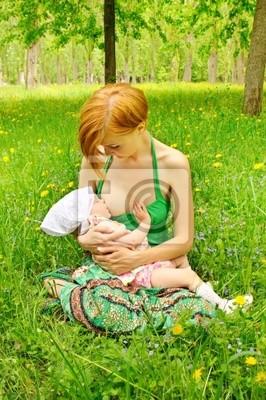 matka karmienia jej baby