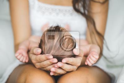 Fototapeta Matka, trzymając głowę swojego nowonarodzonego syna