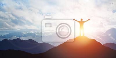 Fototapeta Męska sylwetka na wschodu słońca tle