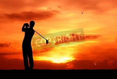 Fototapeta mężczyzn golfa uderzył piłeczkę w kierunku otworu na zachód słońca Silhouetted